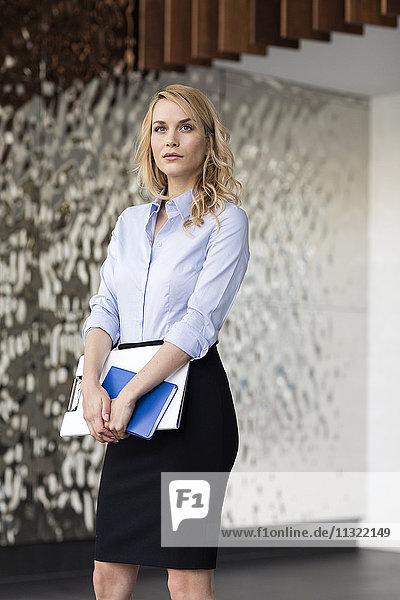 Zuverlässige Geschäftsfrau mit Mappe