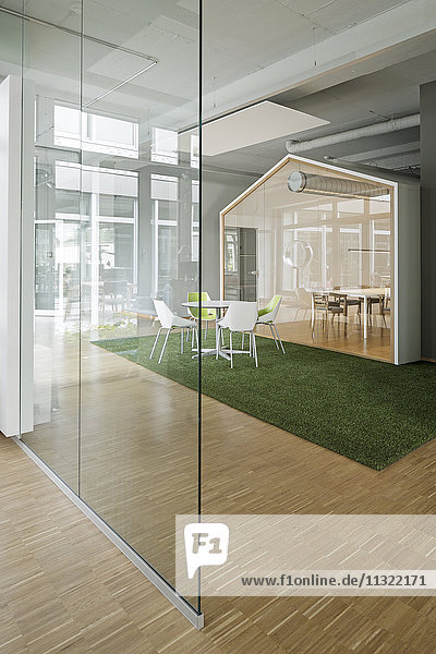 Moderner Sitzungssaal im Büro
