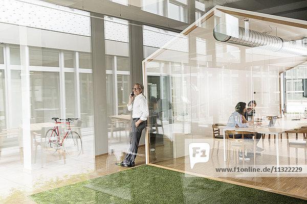 Geschäftsleute im modernen Büro