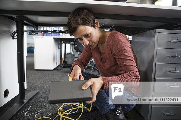 Geschäftsfrau im Büro mit Verbindungstafel