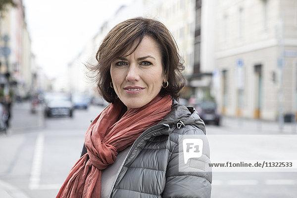 Porträt einer lächelnden Frau im Freien