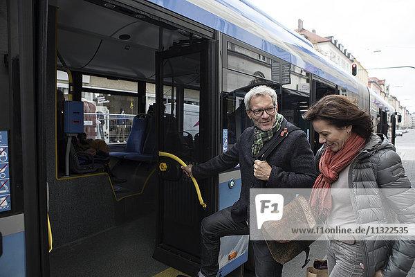 Ein reifes Paar steigt in den Bus