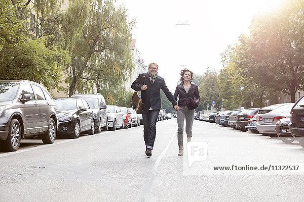 Reife Paare  die auf der Straße laufen