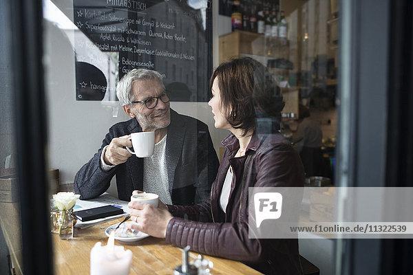 Reife Paare im Café