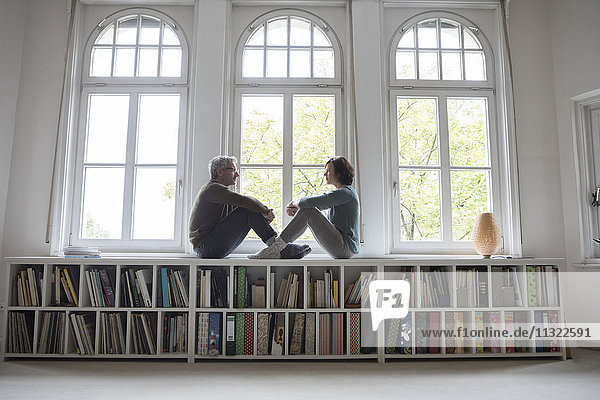 Erwachsenes Paar am Fenster sitzend