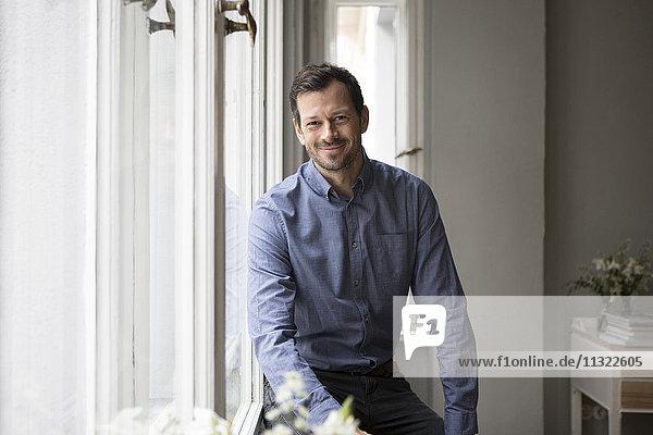 Porträt des zufriedenen Mannes zu Hause