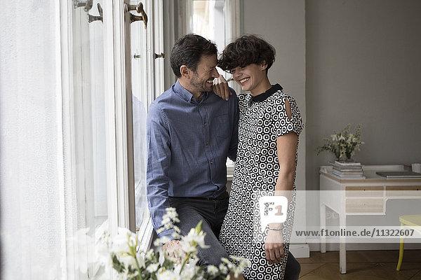 Lachendes Paar zu Hause