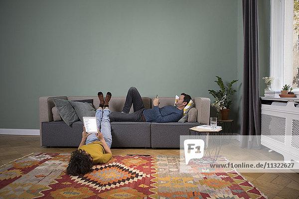 Entspannen Sie sich gemeinsam im Wohnzimmer mit verschiedenen elektronischen Geräten