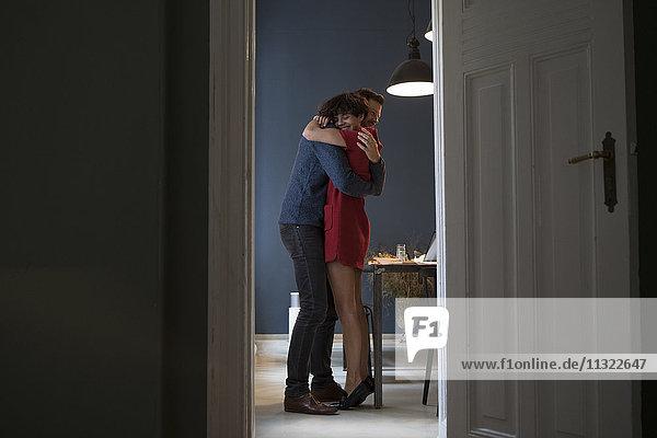 Ein glückliches Paar  das sich zu Hause umarmt.