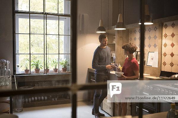Ein Paar  das in der Küche miteinander redet.