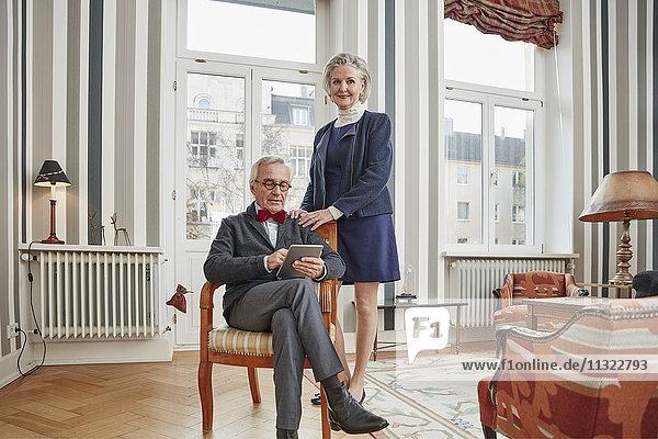 Seniorenpaar zu Hause mit Tablette