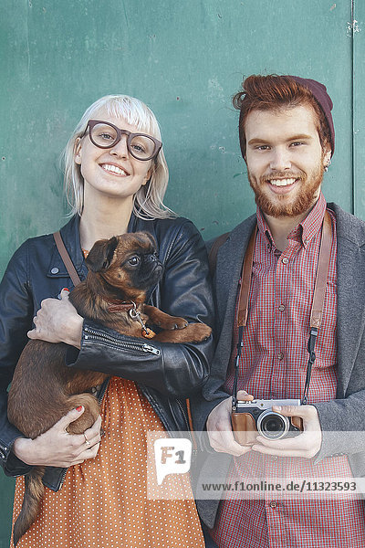 Porträt eines lächelnden jungen Paares mit einem Hund