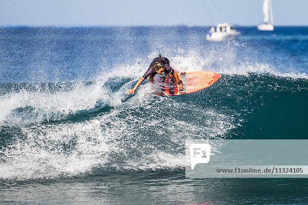 Spanien  Teneriffa  Junge surfen
