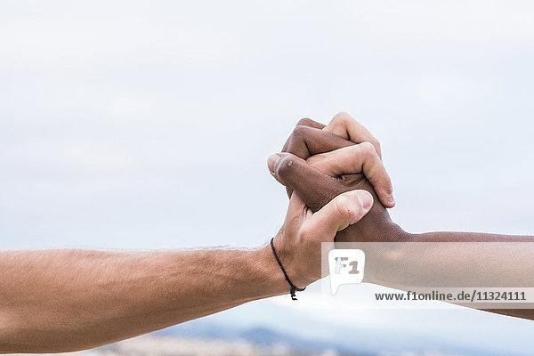 Nahaufnahme von zwei verbundenen Händen
