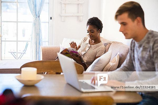 Junges Paar entspannt im Wohnzimmer