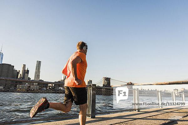 USA  Brooklyn  Mann joggen mit Kopfhörer