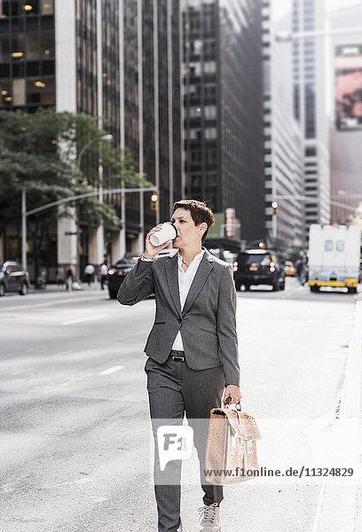 USA  New York City  Geschäftsfrau in Manhattan mit Kaffee zum Mitnehmen