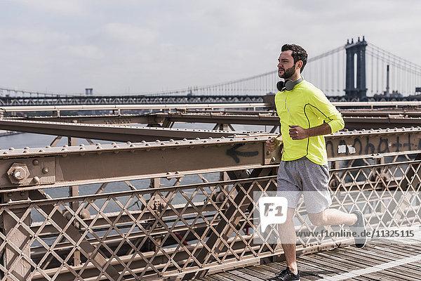 USA  New York City  Mann läuft auf Brooklyn Brige