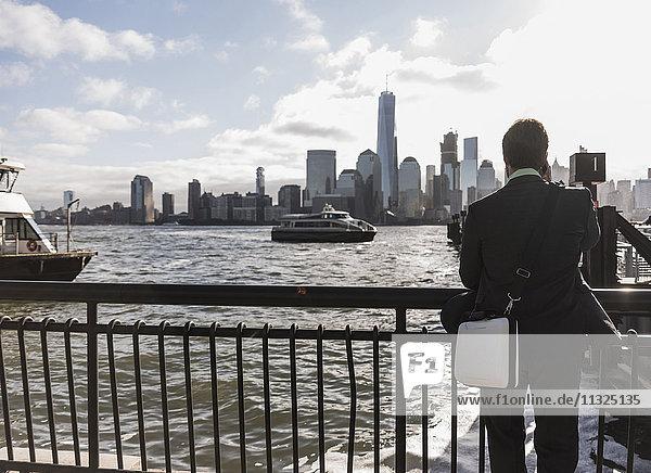 USA  Geschäftsmann an der New Jersey Waterfront mit Blick auf Manhattan USA, Geschäftsmann an der New Jersey Waterfront mit Blick auf Manhattan