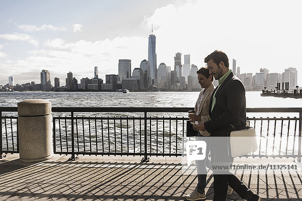 USA  Mann und Frau gehen am New Jersey Waterfront mit Blick nach Manhattan USA, Mann und Frau gehen am New Jersey Waterfront mit Blick nach Manhattan