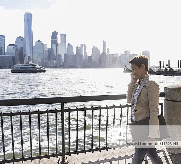 USA  Geschäftsfrau am Handy an der New Jersey Waterfront mit Blick auf Manhattan USA, Geschäftsfrau am Handy an der New Jersey Waterfront mit Blick auf Manhattan
