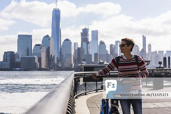 USA  Frau mit Fahrrad an der New Jersey Waterfront mit Blick auf Manhattan USA, Frau mit Fahrrad an der New Jersey Waterfront mit Blick auf Manhattan
