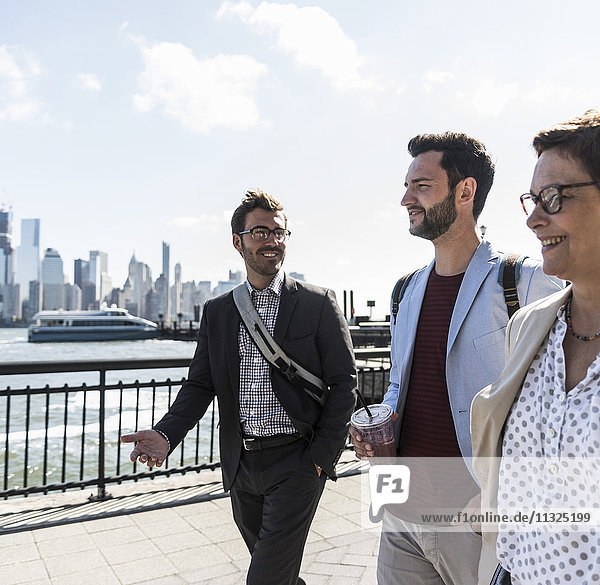 USA  Kollegen zu Fuß an der New Jersey Waterfront mit Blick auf Manhattan USA, Kollegen zu Fuß an der New Jersey Waterfront mit Blick auf Manhattan