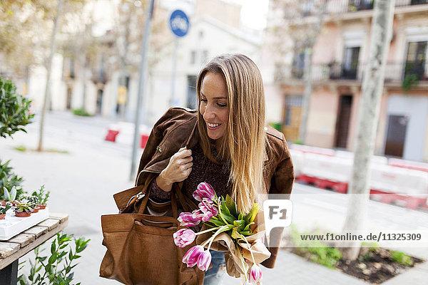Lächelnde Frau beim Blumenkauf