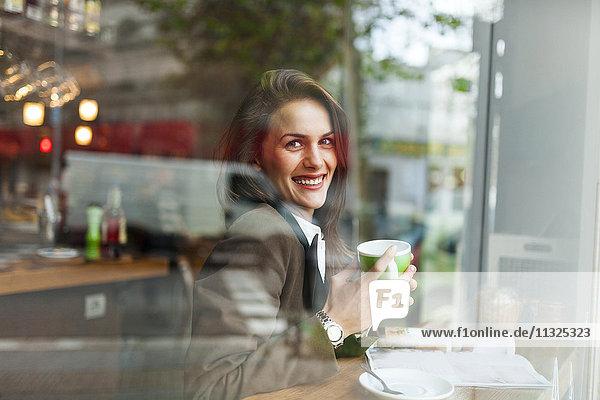 Lächelnde junge Frau in einem Café