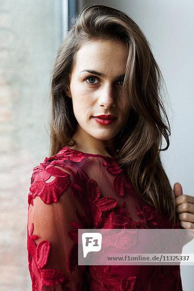 Porträt einer schönen jungen Frau in rotem Kleid