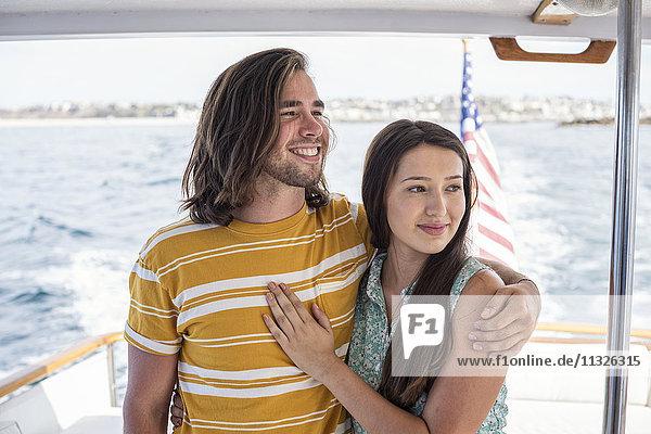 Glückliches Paar auf einer Bootsfahrt
