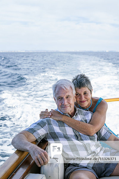 Lächelndes Paar auf einer Bootsfahrt