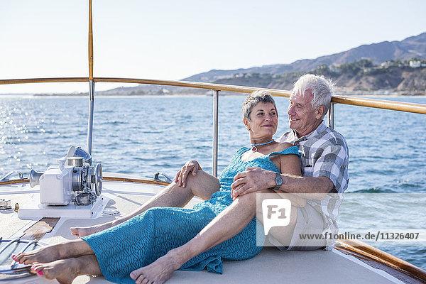 Liebespaar auf einer Bootsfahrt