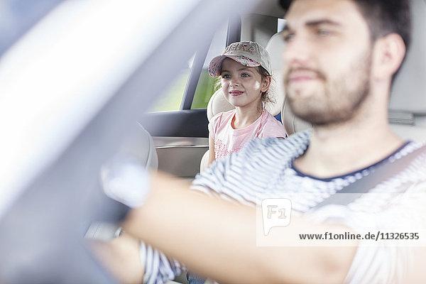 Vater und Tochter beim Autofahren