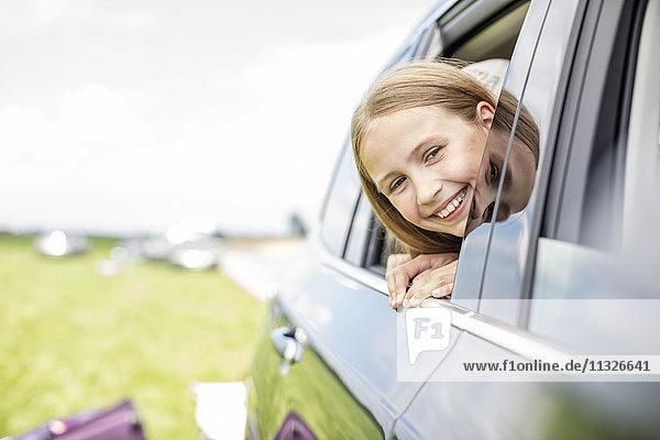 Mädchen im Auto sitzend  aus dem Fenster schauend
