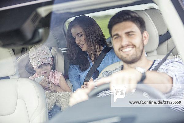 Glückliche Familie bei einem Roadtrip