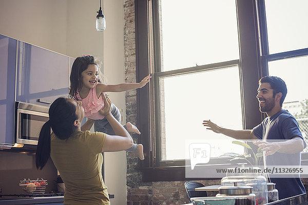 Glückliche Familie mit Spaß in der Küche
