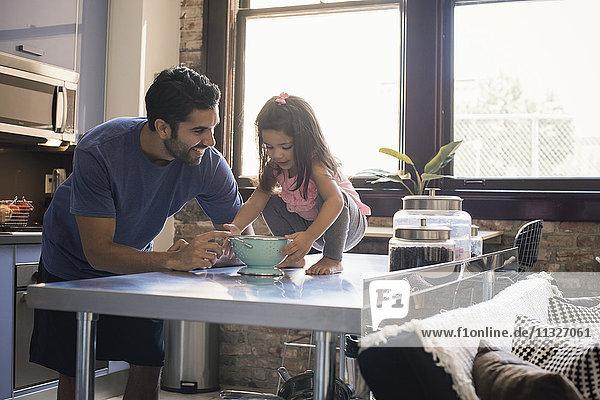 Vater und Tochter spielen in der Küche