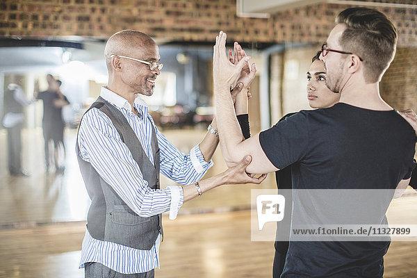 Tanzlehrer Führungspaar im Tanzstudio