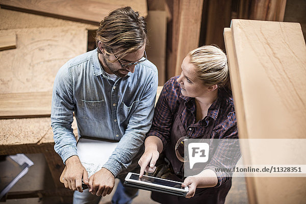 Mann und Frau bei der Arbeit in der Holzverarbeitung
