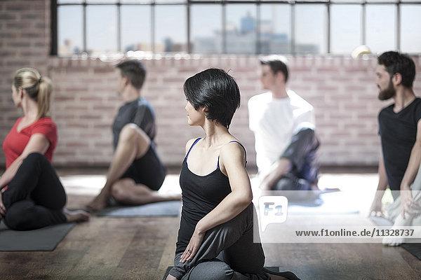 Yoga-Kurs mit Übungen im Studio