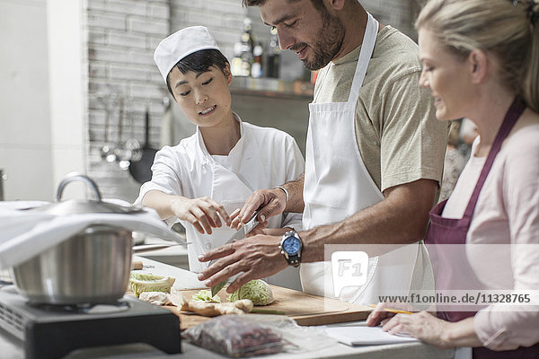 Gruppe von Personen  die an einem Kochkurs teilnehmen