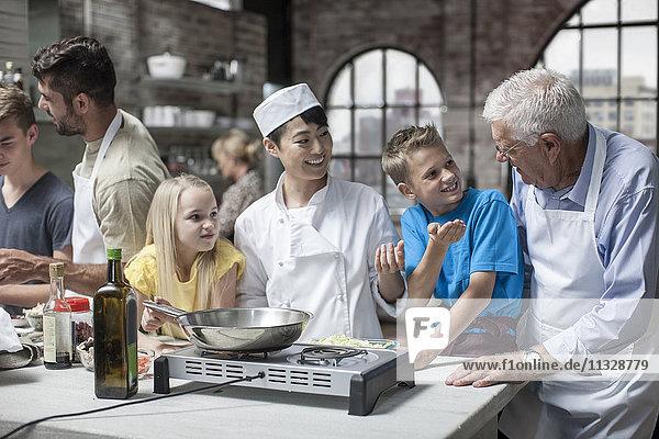 Kinder und Erwachsene beim Kochkurs