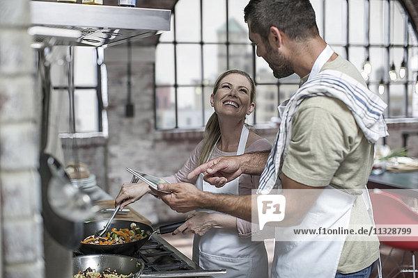 Glückliches Paar beim gemeinsamen Kochen in der Küche