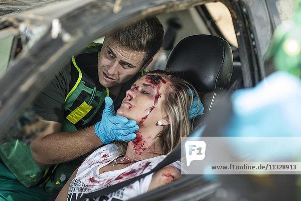 Sanitäter helfen Autounfallopfer nach Unfall