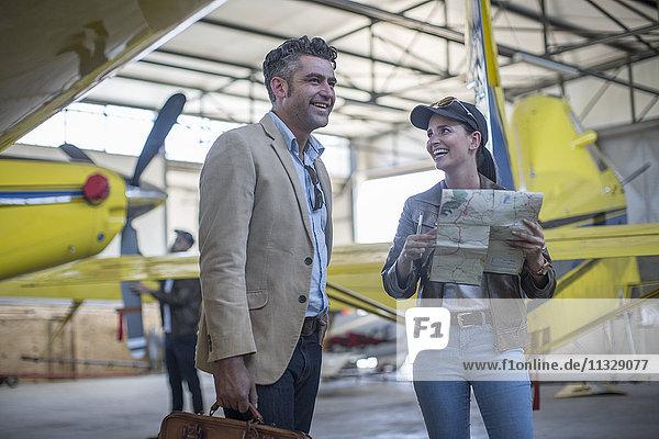 Pilotin im Gespräch mit Geschäftskunden