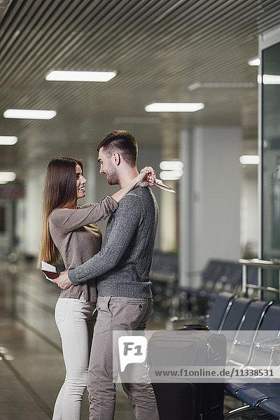 Seitenansicht des romantischen jungen Paares am Flughafen