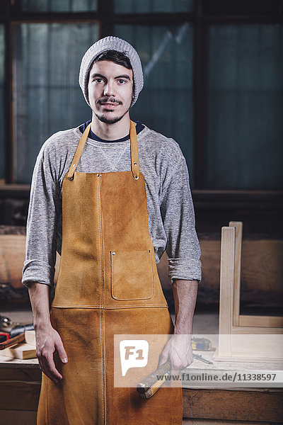 Porträt des Schreiners mit Handwerkzeugen in der Werkstatt
