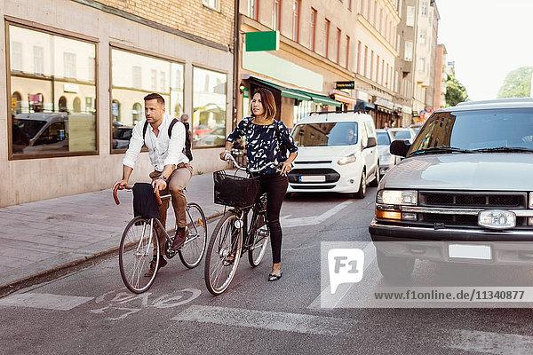 Geschäftsleute mit dem Fahrrad auf der Stadtstraße