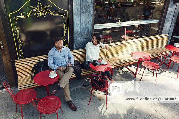 Großer Blickwinkel auf Geschäftskollegen im Straßencafé